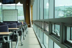 Vue d'une salle de séminaire avec baies vitrées