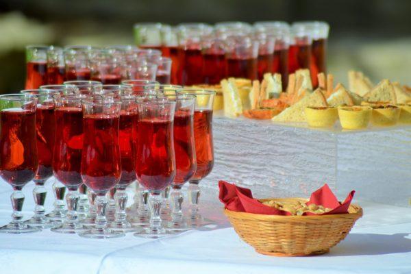buffet avec verres à cocktails et petits fours