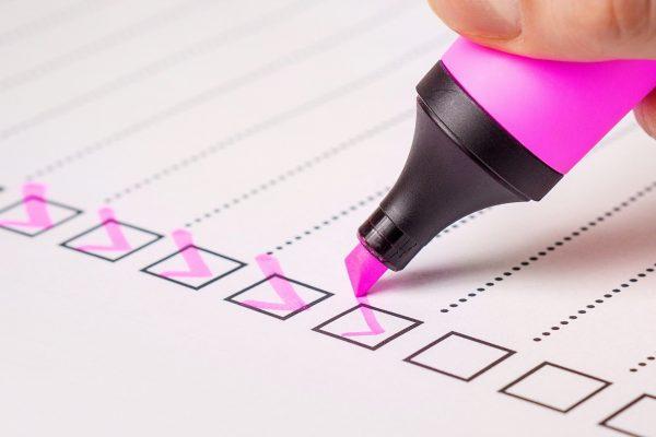 checklist avec marqueur rose